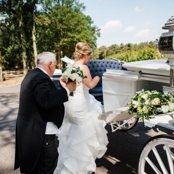 Bruidswerk koets en bruidsboeket - Foto: Liesbeth Gavriilakis fotografie