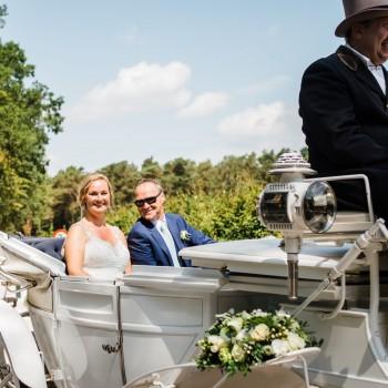Bruidswerk koets en corsage - Foto: Liesbeth Gavriilakis fotografie